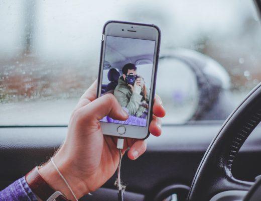 Attenzione allo smartphone in mano mentre si guida